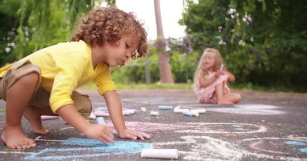 Děti, kreslení křídou na chodník