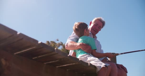 Výslužbě dědeček učil jeho vnuk na ryby