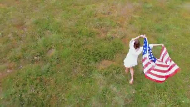 holka mává americká vlajka