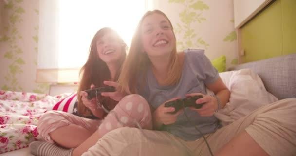 Lányok-pizsama számítógépes játékokkal