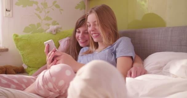 Serdülő lányok együtt a telefon használata