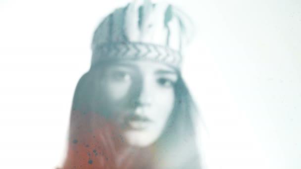 Boho žena s barevné holi prášek