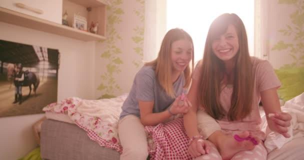 Kamasz lány pizsama festés a körmöket