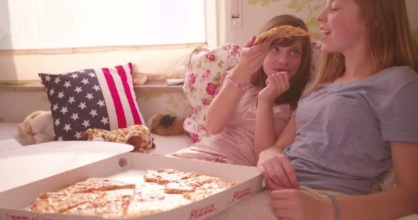 Tini lányok a hálószobában pizzát eszik