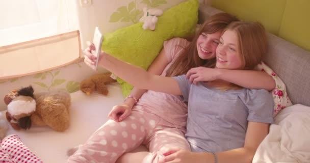 Serdülő lányok selfie a hálószobában