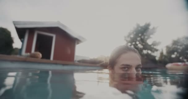 Tini lány a medence