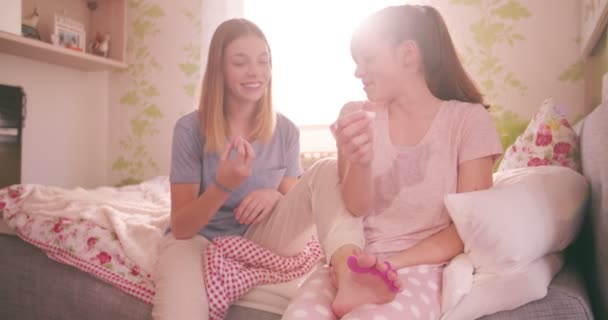Dospívajících dívek v pyžamu malování nehtů