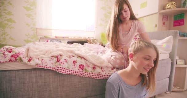 17b05e41c7f098 Tiener meisje doet haar vriend haar — Stockvideo © Wundervisuals ...