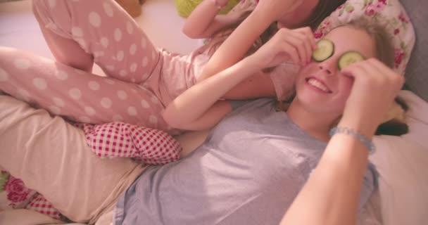 Teen dívky s okurkou na vlastní oči