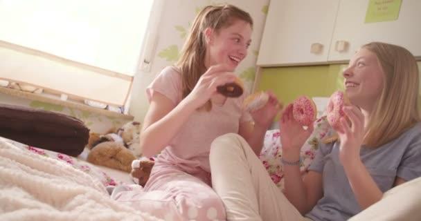 Serdülő lányok birtoklás móka-val fánk