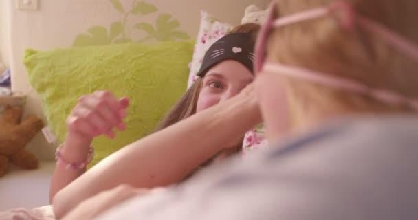 Dívky s roztomilý spací masky