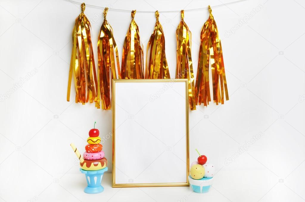 Maqueta de marco. Marco de oro y paredes blancas. Borla de oro y ...
