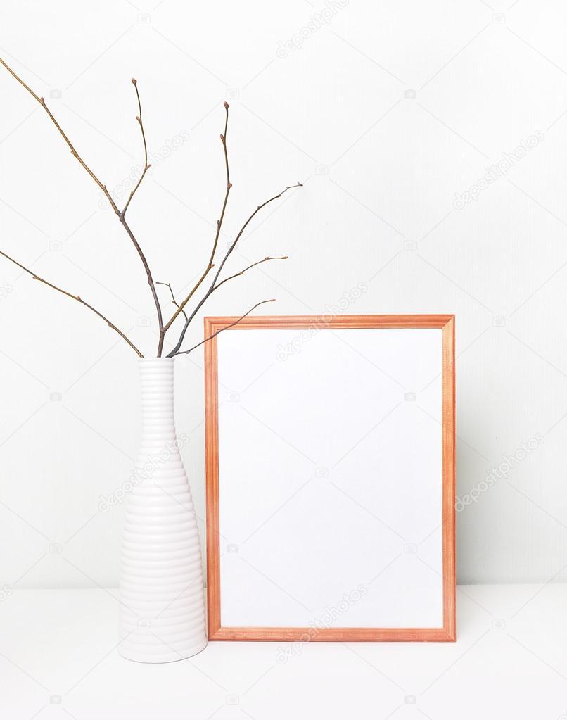Marco de la falso pared blanca y marco de madera. Cartel de la ...