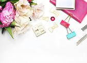 Fehér háttér és levélpapír tartozékok, nő íróasztal, törmelék, pünkösdi rózsa virág