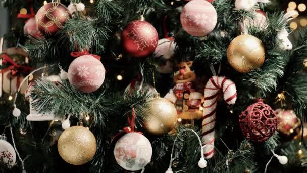 Díszített karácsonyfa játékokkal és koszorúkkal fények. Közelkép
