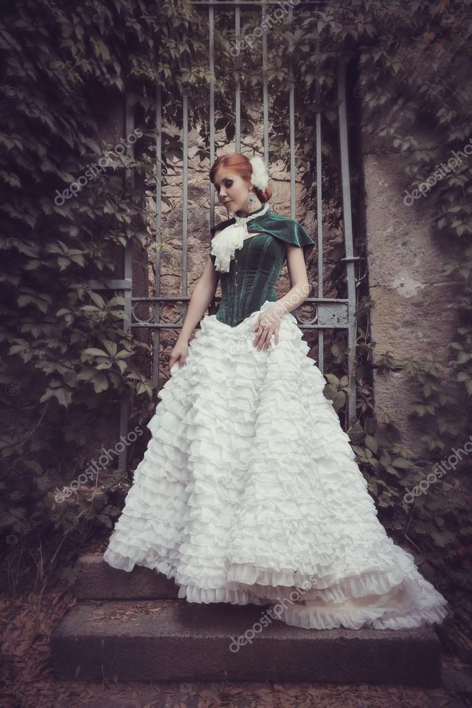 Женщина, как принцесса в винтажном платье в сказочном ...