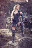 žena bojovník. nápad módní fantazie.