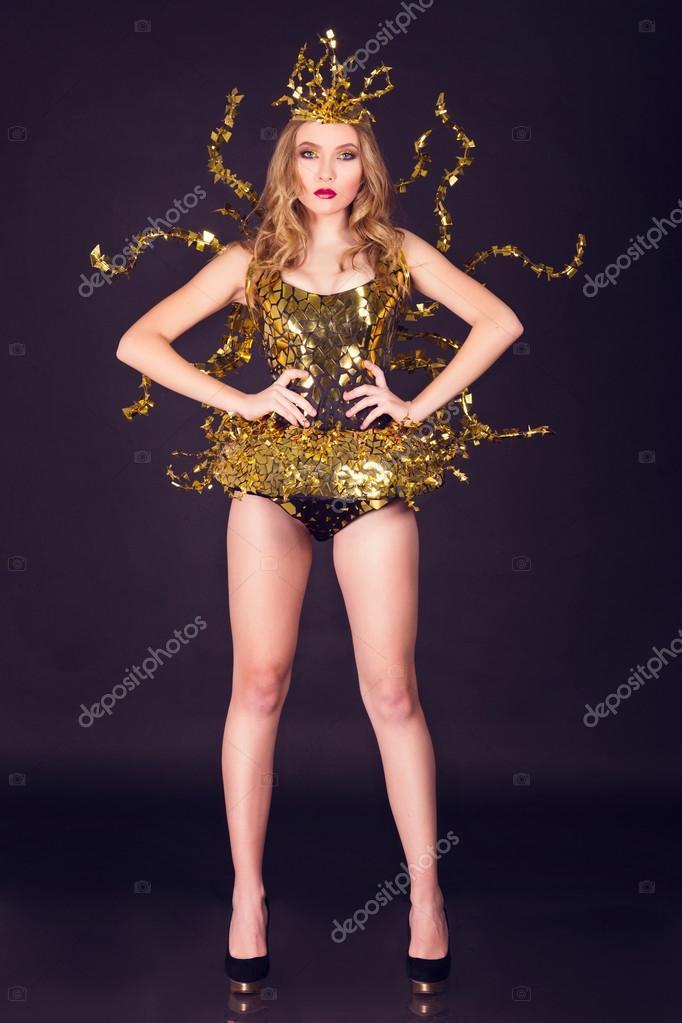 Сексуально одетая девушка на дискотеке