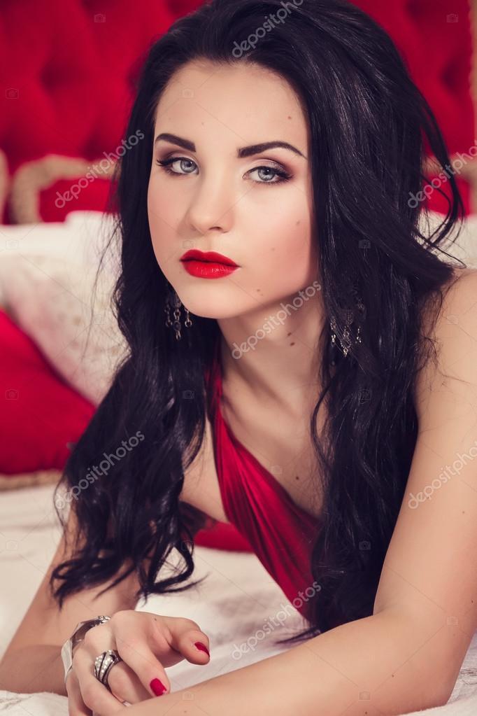 mit schwarzen haaren elegant rot sexy glamour kleid in luxus ... - Luxus Schlafzimmer Rot