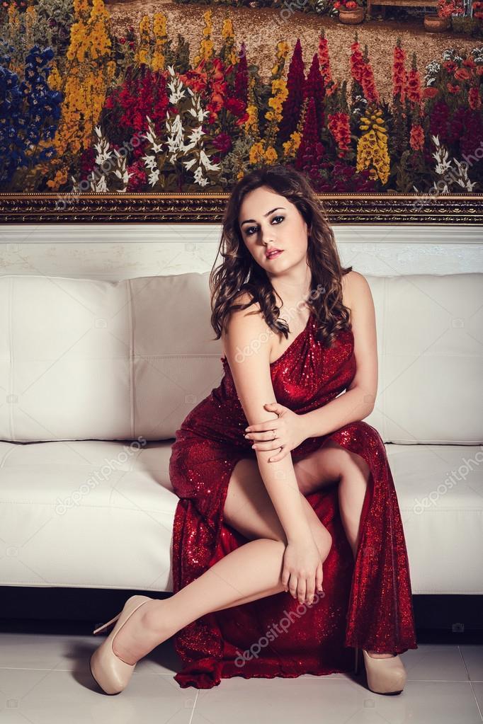 Frau Mit Schwarzen Haaren Elegant Rot Sexy Glamour Kleid In Luxus  Schlafzimmer U2014 Foto Von Selenittt