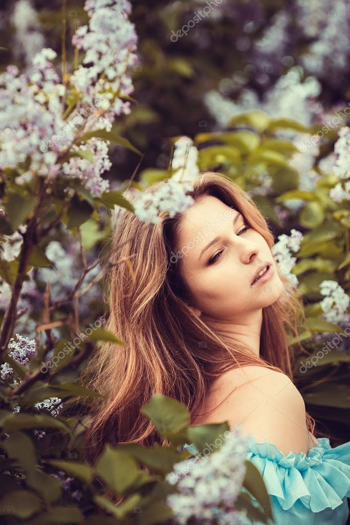Mujeres Hermosas Disfrutando De Jardín Lilac Mujeres Con Flores En