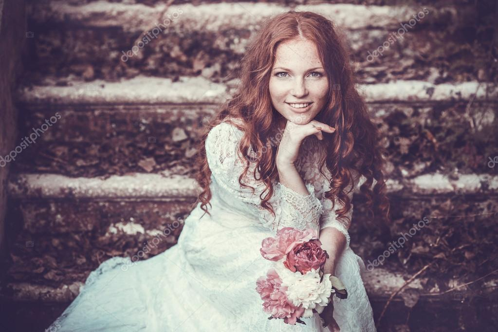 Retrato de mujer joven en la primavera. Almendra flores flores. Niña ...