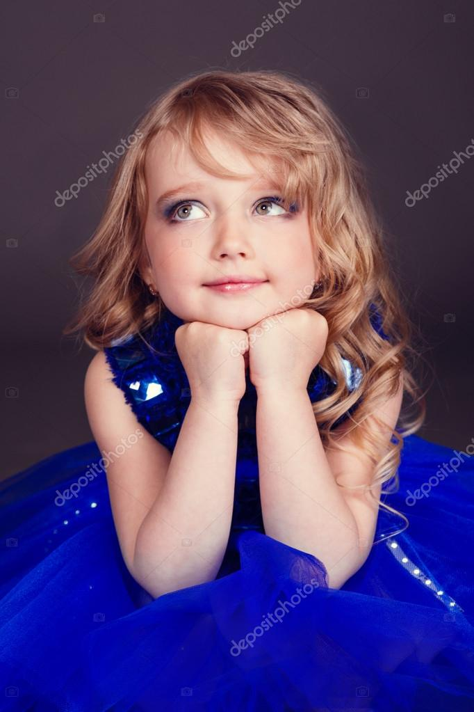 Porträt eines schönen jungen Mädchens tragen eine schicke blaue ...