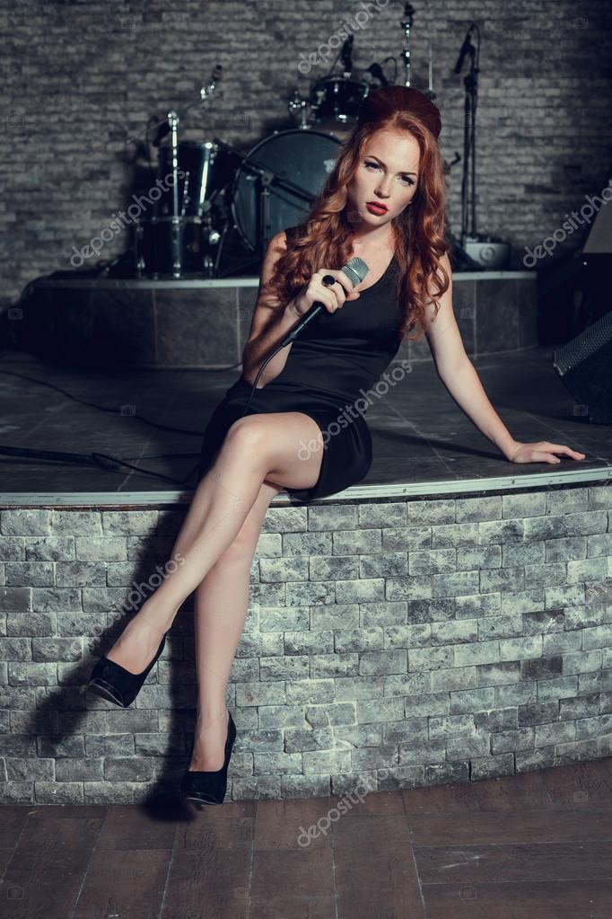 Певица с красными волосами