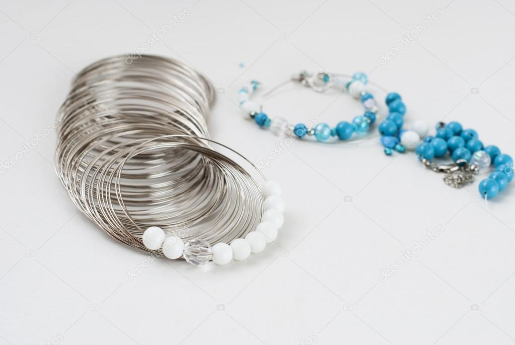 Weiß und Türkis Perlen, Speicher-Draht für Armband, Tools zum ...