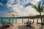 바닷가에서 야외 레스토랑입니다. 해변, 바다와 하늘에 ...