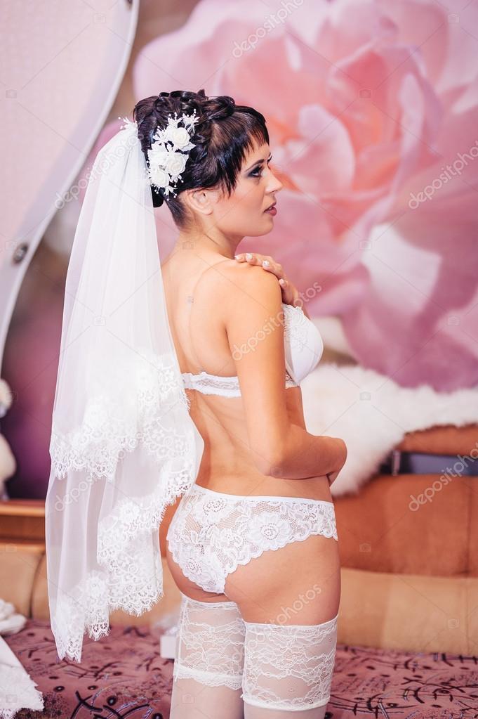 Novia desnuda Striptease. Hermosa chica en ropa interior blanca a ...