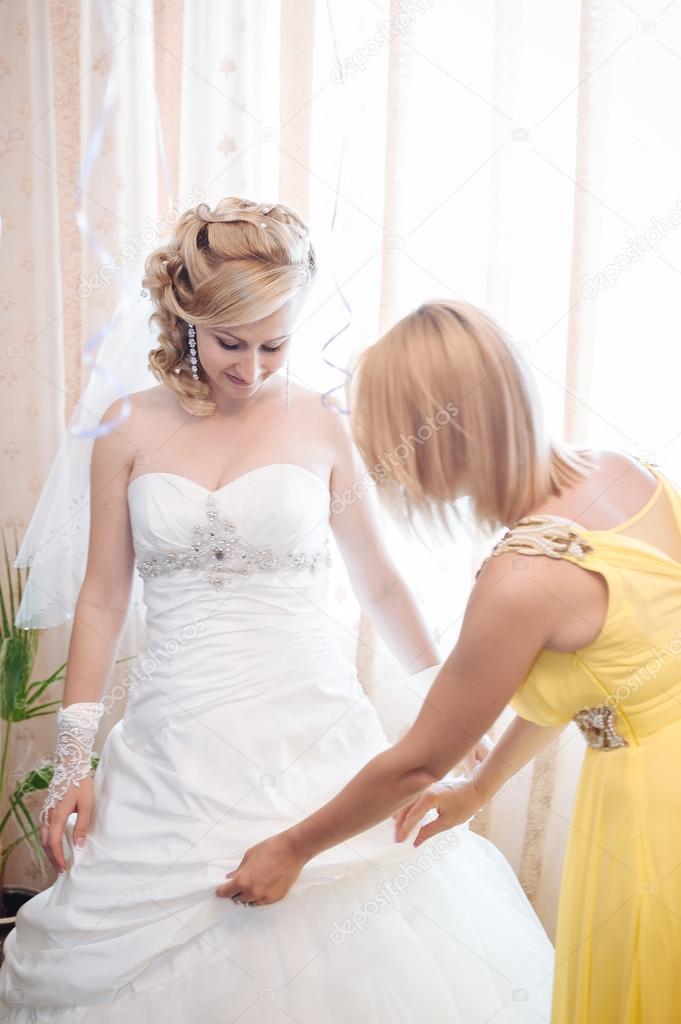 Braut, die immer bereit. schöne Braut in weiße Hochzeit Kleid mit ...