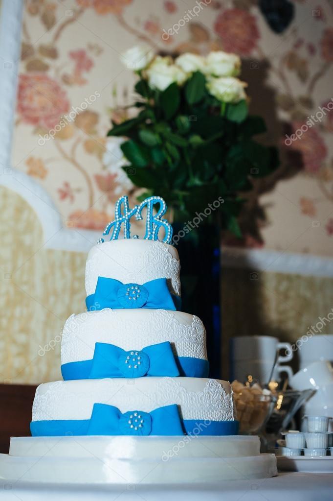 Hochzeitstorte In Weiss Und Blau Kombination Geschmuckt Mit Blumen