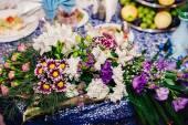 rautový stůl nastavte službu s příbory a skleněné Kalíšky v restauraci před párty