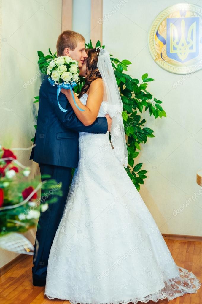 Hochzeitszeremonie Standesamt Ein Paar Schliesst Das Ehe Dokument