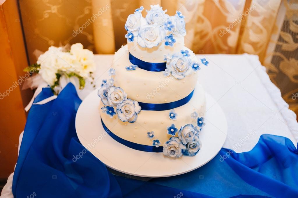 Multi Level Weiss Hochzeitstorte Silber Basis Und Rosa Bluten An