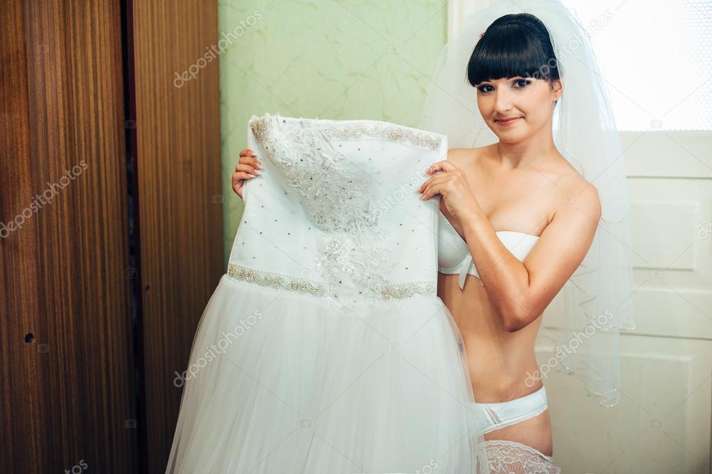 В белом платье и прическа