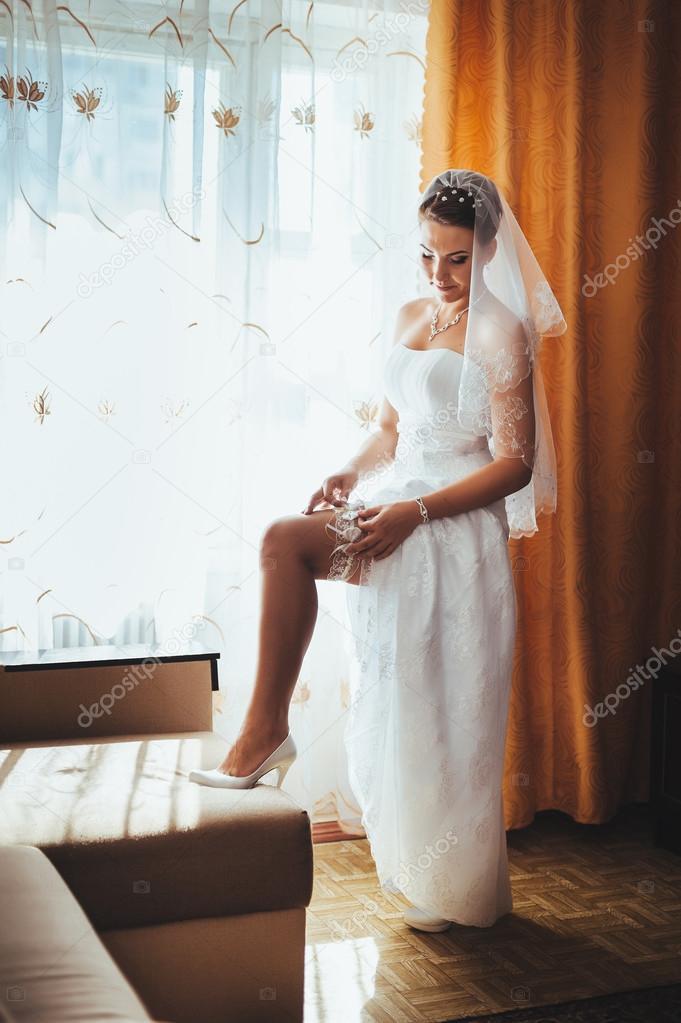 Novia preparándose. bella novia en la boda blanca del vestido con ...