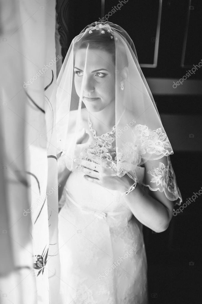 7685dd996d Novia preparándose. bella novia en la boda blanca del vestido con peinado y maquillaje  brillante. Feliz sexy chica para novio. Romántica mujer en vestido de ...