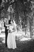 Fényképek menyasszony és a vőlegény az esküvő napján a szabadban séta tavasz természet. Nászutas pár, boldog newlywed nő és férfi átfogó zöld parkban. szerető esküvői pár kültéri.