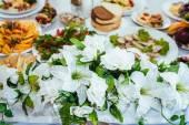 Fotografie rautový stůl nastavte službu s příbory a skleněné Kalíšky v restauraci před párty.