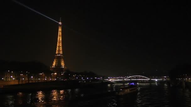 Eiffelova věž a v Paříži v noci