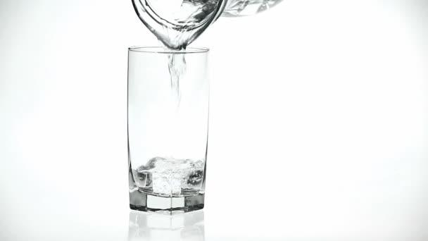 Vylévání sladké vody do skla