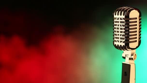 Retro mikrofon na červené a zelené