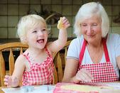 Fényképek Nagymama és unokája cookie-