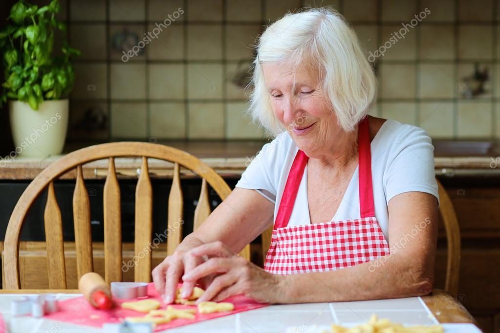 Grand m re heureuse qui en fait des cookies savoureux la cuisine photographie cromary - La cuisine de grand mere angouleme ...