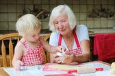 Fényképek Nagymama unokája készül a cookie-kat a