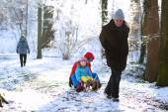 Fotografie Glückliche Großvater mit Enkel spielen