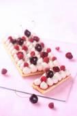 Nízká obdélníková Berry dort s bílou čokoládovou pěnou