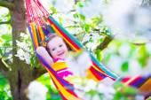 Kleines Mädchen entspannen in einer Hängematte